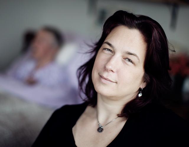 Catherine Ann est assise au chevet de sa mère Isabel dans leur maison à Terre-Neuve-et-Labrador, où Catherine Ann est l'aidante naturelle principale de sa mère depuis 2012.