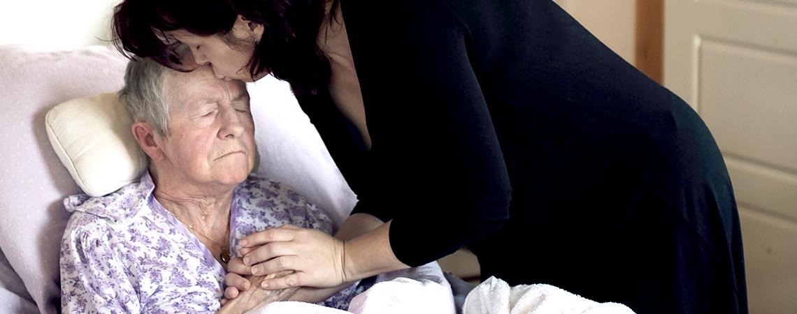 Catherine Ann, 41 ans, résidente de Terre-Neuve-et-Labrador, embrasse sa mère, Isabel, 81 ans, sur le front. Isabel est au stade avancé de la démence.