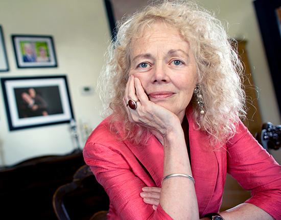 Anya Humphrey est assise dans la salle à manger de sa résidence de Campden, en Ontario. Son mari, Fred, et son fils, Ted, tous deux décédés du cancer, n'ont pas reçu ou à peine reçu de soins palliatifs. Anya est l'une des 3 Canadiennes ayant raconté leur expérience des soins palliatifs à l'ICIS.