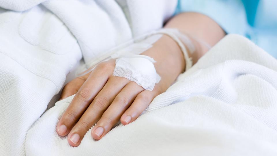 La page couverture du nouveau rapport de l'Institut canadien d'information sur la santé, Préjudices liés aux opioïdes au Canada, montre un patient hospitalisé recevant une injection intraveineuse.
